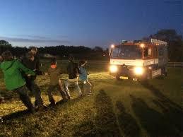 Scouts slepen een vrachtwagen