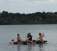 Scouts op een vlot